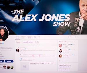 La page Twitter d'Alex Jones d'Infowars en 2018. Celui-ci est banni de la plateforme depuis.