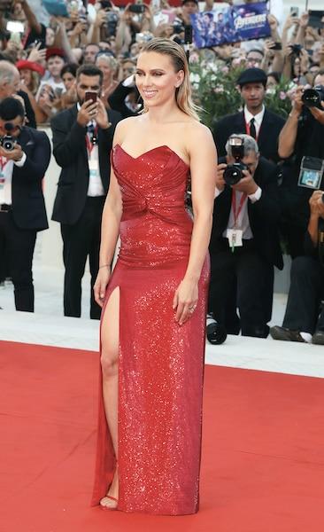 Scarlett Johansson avait des airs de femme fatale dans cette robe rouge de Celine.