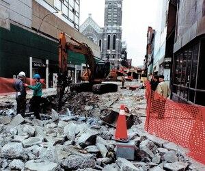 Un aperçu des travaux de démolition du Mail Centre-Ville, le 3avril2000. On peut enfin admirer la façade de l'église Saint-Roch de la rue Saint-Joseph.