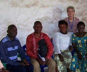 Claire Lebeau avec des membres d'un organisme local qu'elle aide pour réaliser des projets en sécurité alimentaire au Congo.