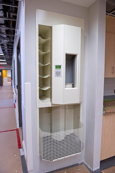 À chacun des postes d'infirmières, une technologie permettra d'acheminer des échantillons dans des calsules pucées partout dans l'hôpital. On peut même prioriser les capsules au besoin.