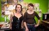 La coordonnatrice d'Action Santé travesti(e)s et transsexuel(le)s du Québec, Nora Butler Burke (à droite), et Maeva, une transsexuelle qui fréquente l'organisme, soutiennent Hélène dans son combat.
