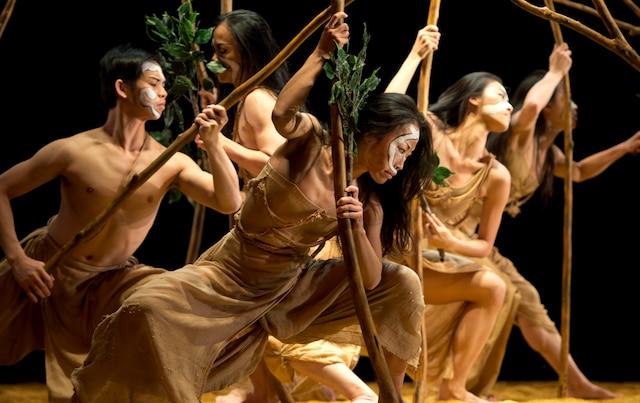 Sur la scène du Théâtre Maisonneuve, les 24 danseurs du Cloud Gate Dance Theatre bougent sur un tapis constitué d'une tonne de riz alors que deux autres tonnes s'écoulent sur leur tête.