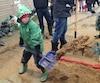Ludovick Sabourin, 6 ans, travaille depuis deux jours pour aider les sinistrés de Gatineau.