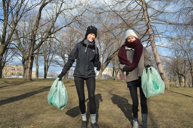 Eva Franc (tuque blanche) et Annie Éthier (tuque noire) sont les deux organisatrices du premier «plogging» à Montréal qui se tiendra le 22 avril 2018