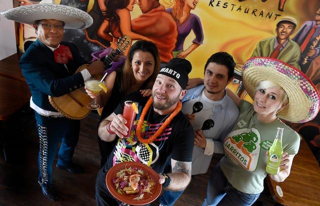 Marie-Claude Bourbonnais, la copropriétaire du restaurant La Salsa Isabel Madrid, l'animateur radio Marto Napoli, le copropriétaire de La Salsa Efrain Madrid et le mariachi Lauro Vega sont prêts pour le Cinco de Mayo.