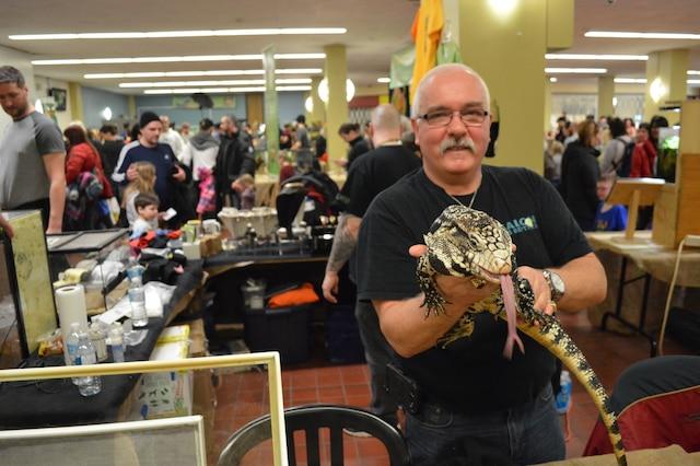 René Laforest, un exposant présentant son reptile géant au public