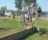 En cyclocross, les athlètes sont amenés à franchir une multitude d'obstacles de tout genre le long d'un parcours d'environ 2 km qu'ils devront boucler le plus de fois possible dans un laps de temps donné.