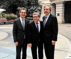 Le vice-recteur de l'Université Laval André Darveau et le maire de Québec posent ici avec le délégué général du Québec à New York, Jean-Claude Lauzon.