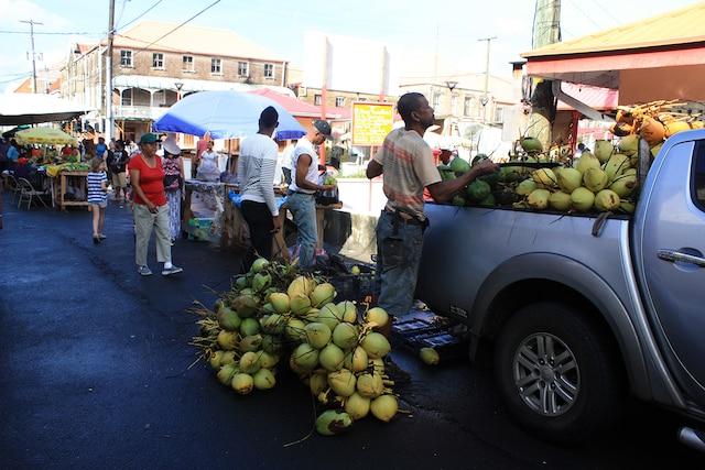 Le samedi matin, les producteurs de partout  dans l'île déferlent vers le marché aux épices.