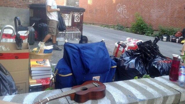 Des objets ont été mis dans des boîtes dans la rue ou jetés.