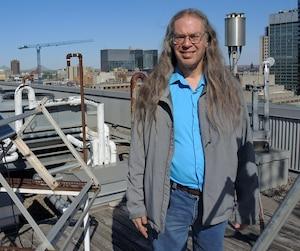 Georges Huard est autiste Asperger. Il travaille depuis 20 ans comme technicien informatique à l'UQAM dans le département des sciences de la Terre et de l'atmosphère. On le voit ici sur le toit du pavillon Président-Kennedy, avec différents instruments de mesure.