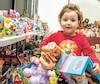La petite Dalia, 3ans, était impressionnée de voir les milliers de jouets dans la salle du Centre communautaire Gerry-Robertson, dans le quartier Roxboro, à Montréal. Elle n'a pas hésité à choisir ses deux poupées préférées, fière de les montrer.