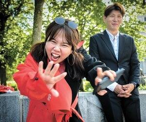L'actrice Hyun-Hee Hong et le designer Jeseung Yeon, un couple de célébrités sud-coréennes, étaient en tournage hier, à la fontaine de Tourny, pour une téléréalité.