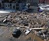 Une pelle mécanique a rapidement été appelée en renfort pour détruire l'immeuble à condo de la rue Charles-Le Gardeur à Trois-Rivières.