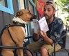Notre collègue Mickael qui fait la lecture à sa chienne, Memphis.