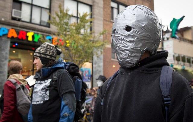 Plus d'une centaine de manifestants masqués et déguisés ont manifesté, pour dénoncer le règlement P-6 qui interdit le droit de manifester avec le visage couvert.