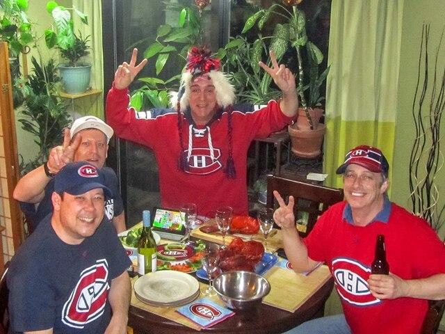 Il y a Thuy,Robert,Serge et Denis tous de Montréal il sont prêts a tous pour les canadiens de Montréal   COURTOISIE