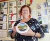 La propriétaire de la fromagerie La Moutonnière, Lucille Giroux, a remporté une cinquantaine de distinctions de l'American Cheese Society et est toujours en attente de son premier prix Sélection Caseus.