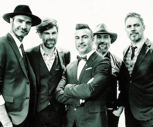 La formation Salebarbes, constituée de George Belliveau, Kevin McIntyre, Jonathan Painchaud, son frère Éloi et Jean-François Breau, a beaucoup de plaisir depuis le lancement de son premier album, Live au Pas Perdus.