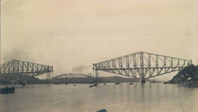 Le deuxième pont de Québec avant la montée de sa travée centrale, en septembre 1917.