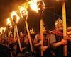ROYAUME-UNI, Lerwick : Des membres de lescouade de Vikings Jarl sont illuminés par des torches durant le festival annuel Up Helly Aa, à Lerwick, dans les îles Shetland, le 26 janvier 2010. Up Helly Aa souligne linfluence des Vikings scandinaves dans...