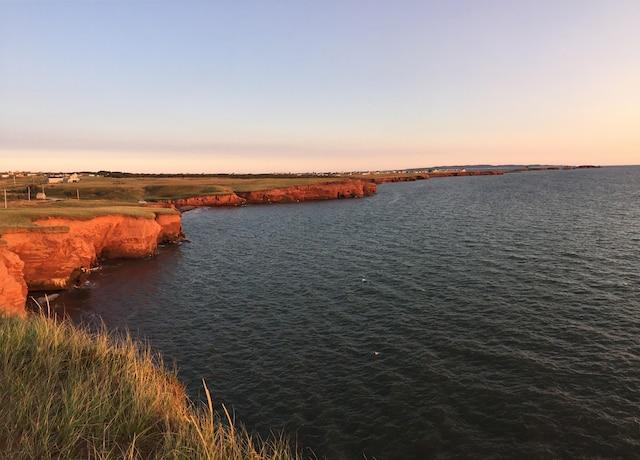Les falaises rouges typiques au coucher du soleil, sur la côte de L'Étang-du-Nord.