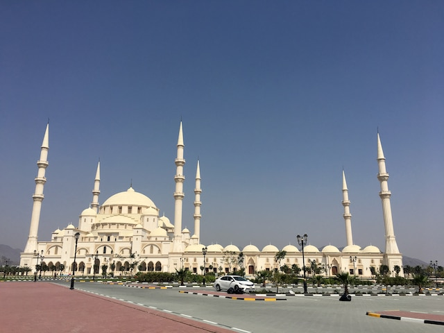 La mosquée Sheikh Zayed aux Émirats arabes unis. Deuxième plus grande du pays, elle peut accueillir 28 000 fidèles.