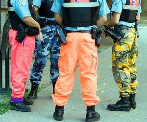 Les policiers et constables spéciaux ne pourront plus arborer des pantalons de clown, le projet de loi les obligeant à porter leur uniforme ayant été adopté par l'Assemblée nationale, jeudi.