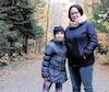 Sylvie Boucher et sa fille Naomy Huneault dans le sentier principal du parc-nature du lac Jérôme où elles ont amorcé leur randonnée de dimanche.