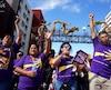 Des manifestants participant à une marche du mouvement pour une hausse du salaire minimum à 15$ de l'heure à Los Angeles