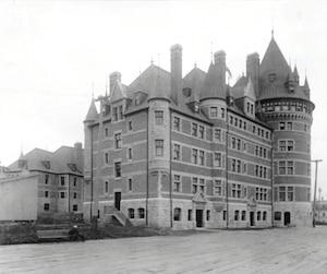 Le Chateau Frontenac a été inauguré le 18 décembre 1893. Il est, d'emblée, louangé partout dans le monde. Il est alors considéré comme le plus bel hôtel d'Amérique.