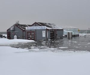 Le célèbre Vieux-Quai de Sept-Îles s'est retrouvé complètement inondé lors de la marée haute de vendredi après-midi. Les bâtiments touristiques ont subi des dommages.