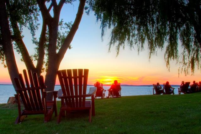 Près du Manoir D'Youville, les couchers de soleil sur la voie maritime et le lac Saint-Louis sont remarquables.