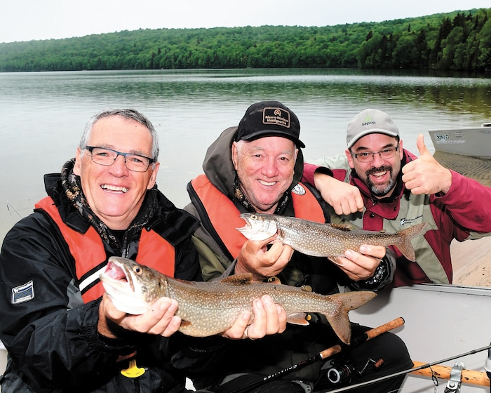 Michel Simard et Gilles Dubois en compagnie du directeur Éric Harnois avec les grises qu'ils ont récoltées lors d'une seule sortie de pêche sur le lac Saint-Bernard.