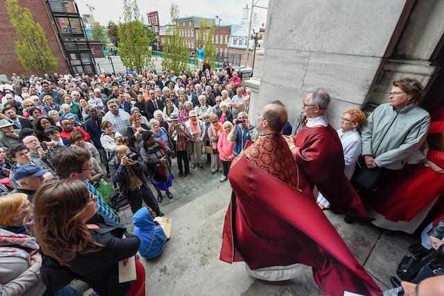 Fermeture de l'église Saint-Jean Baptiste sur la rue St-Jean à Québec le dimanche 24 mai 2015.