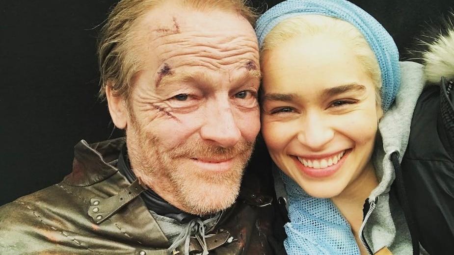 Jorah (Iain Glen) et Daenerys (Emilia Clarke) lors du tournage d'une scène de Game of Thrones.