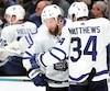 Jake Muzzin félicite Auston Matthews qui a marqué le premier but des Maple Leafs, vendredi soir.