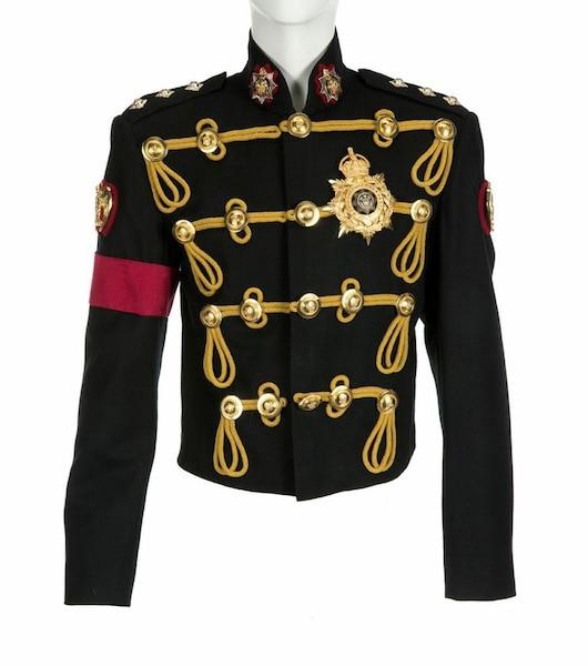 Michael Jackson portait ce veston lors de son introduction au Hall of Fame.