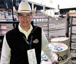 Le vétérinaire Yves Caron pose dans l'arène, peu avant un rodéo jeudi.