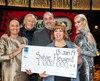 La gagnante de 1 million $, Sylvie Fleurent, est entourée de Mme Isabelle Jean, présidente des opérations - Loteries à Loto-Québec, de Marie-Mai et de M. Yves Corbeil. LOTO QUÉBEC