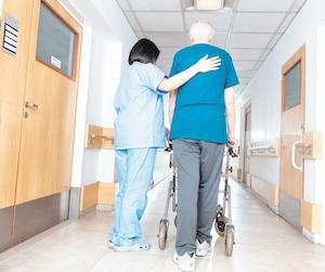 Les infirmières qui travaillent de nuit en CHSLD sont souvent à la course pour répondre aux urgences des résidents qui chutent, qui se promènent ou qui ont des problèmes de santé. Souvent, elles ont plus de 100patients à leur charge.