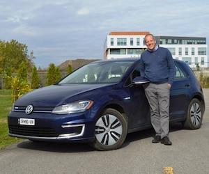 Marc Lavigne et sa Volkswagen e-Golf