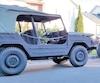 Déçus de la décision de la SAAQ, Valérie Marier et Philippe Raymond conduisent chacun un véhicule de type militaire pendant l'été.