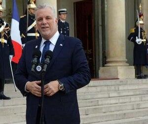 Le premier ministre du Québec, Philippe Couillard, devant l'Élysée à Paris.