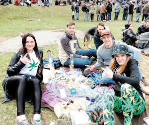 Plusieurs consommateurs de cannabis, comme ceux-ci, photographiés en 2017 lors d'une manifestation promarijuana, à Montréal, prévoient réduire leur consommation d'alcool au profit du pot, selon un sondage de la firme Deloitte.