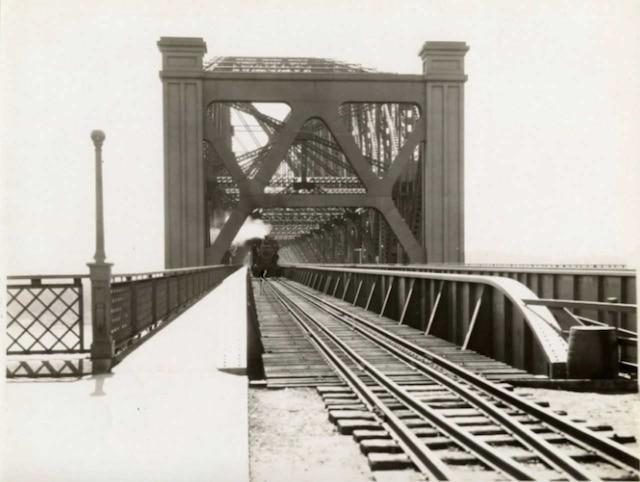 Le pont de Québec avec son trafic ferroviaire vers 1930.