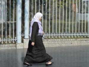 Le port du hijab (photo) ou du niqab dans les institutions publiques continue de susciter la controverse en France.