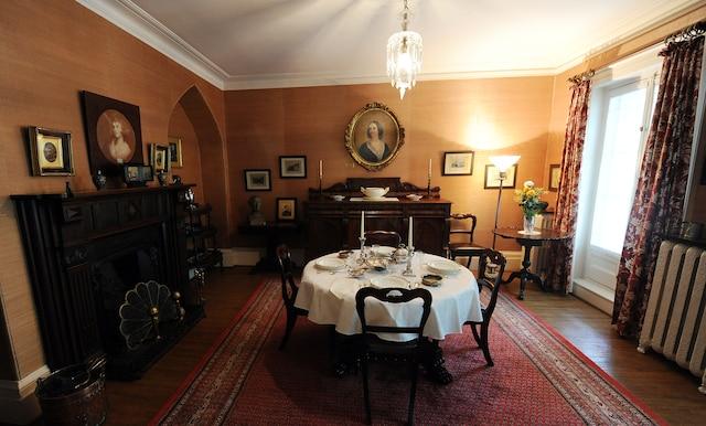 «C'est un cottage Regency, donc une habitation qui est faite pour s'intégrer à la nature», explique Pierre B. Landry, directeur général d'Action patrimoine, au sujet de la maison Henry-Stuart. Plusieurs objets d'époque, témoins d'un raffinement passé, se trouvent toujours dans la résidence.