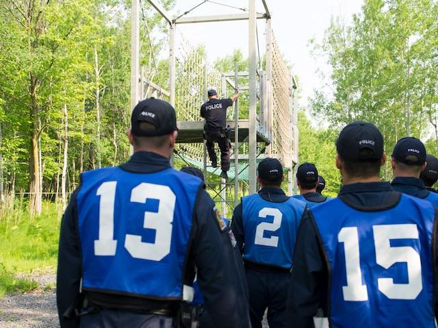 Dans le parcours du Gladius, les candidats doivent traverser un pont de corde vertical sans tomber. Ils portaient sur eux une veste pare-balles de 50 lb contenant des plaques de céramique.